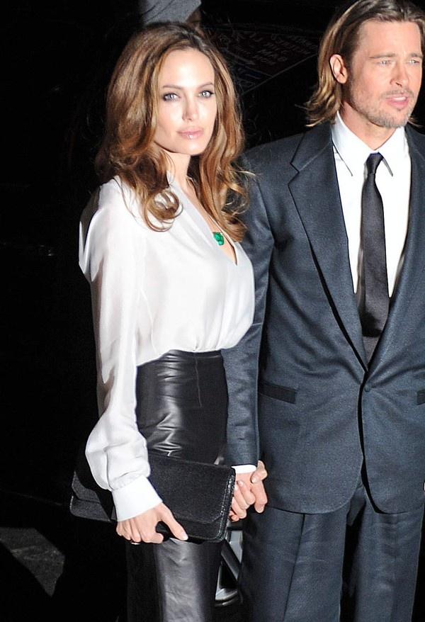 Không thể không kể đến những chiếc clutch của LV mà Angelina Jolie sở hữu. Chiếc SC Clutch của LV này có giá 2.220$ tương đương khoảng 47 triệu VNĐ.
