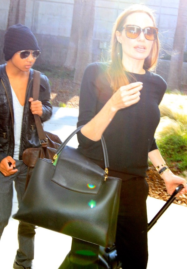 Một mẫu túi da đen to bản sang trọng mang tên Louis Vuitton Capucines Bag với giá cao ngất ngưởng: 6.050$ (khoảng 127,1 triệu VND).