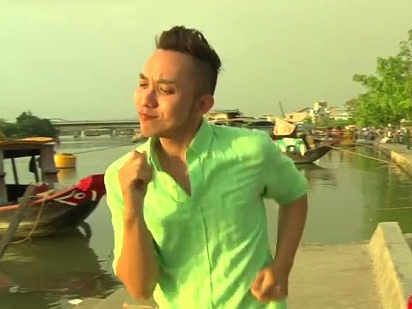 Chang Lo nhay tung tren pho vi cua do 'hot girl banh trang' hinh anh