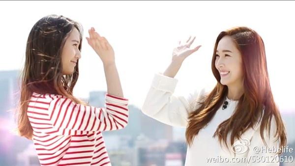 Jessica (SNSD): Nu hoang thoi trang dich thuc cua Kpop hinh anh 21 Jessica và Krystal ghi hình cho Cover Girl.
