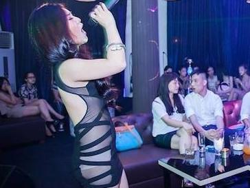 Huong Tram mac vay xuyen thau, lo noi y phan cam khi hat bar hinh anh