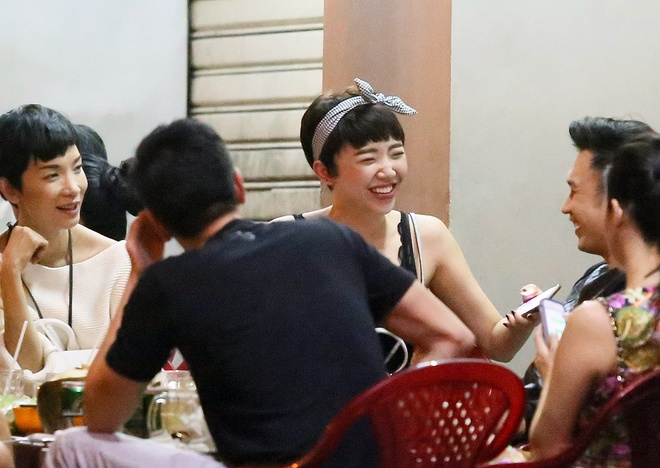 Toc Tien mac ho bao thoai mai ngoi an lau cua via he hinh anh 5