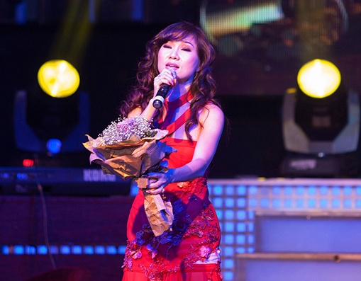 MC Anh Quan lieu linh to tinh tren san khau truc tiep hinh anh 4
