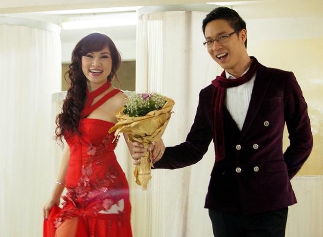 MC Anh Quan lieu linh to tinh tren san khau truc tiep hinh anh 5