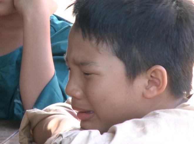 Con trai Hoang Bach khoc nuc no vi thua choi ca hinh anh