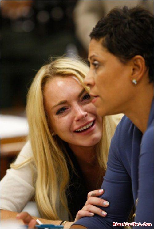 Vào năm Lindsay Lohan đã bật khóc khi nghe tòa tuyên án 300 ngày ngồi tù. Tuy nhiên may mắn cho nữ diễn viên, ca sỹ này khi cô chỉ phải ngồi tù 30 ngày do nhà tù quá đông và không đủ chỗ cho các phạm nhân nên số ngày ngồi tù của Lindsay Lohan được giảm đi đáng kể.