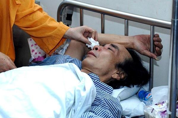 Cố nghệ sĩ Tuấn Dương điều trị trên giường bệnh vào năm 2013.