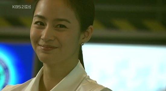 Nhung nu cuoi thien than cua Kim Tae Hee hinh anh 6 Trong Iris, nữ điệp viên Choi Seung Hee (Kim Tae Hee) càng thêm đáng  yêu khi cười.