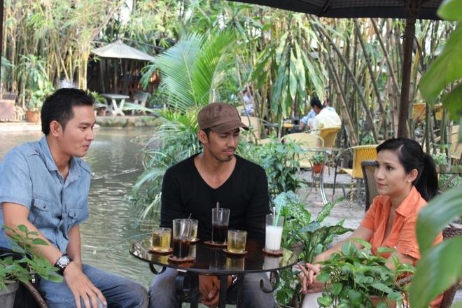 Nghiep dien ngan ngui, chuyen dong vai phu cua Duy Nhan hinh anh 3 Duy Nhân (áo đen, giữa) trong vai phóng viên Hoàng.