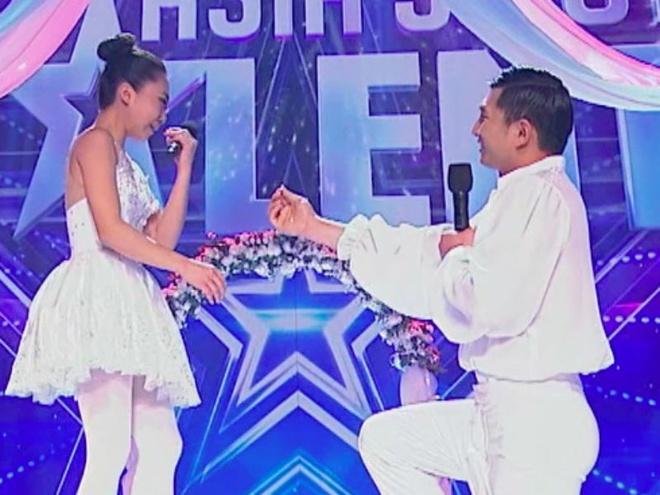 Thi sinh Asia's Got Talent cau hon ban dien tren san khau hinh anh