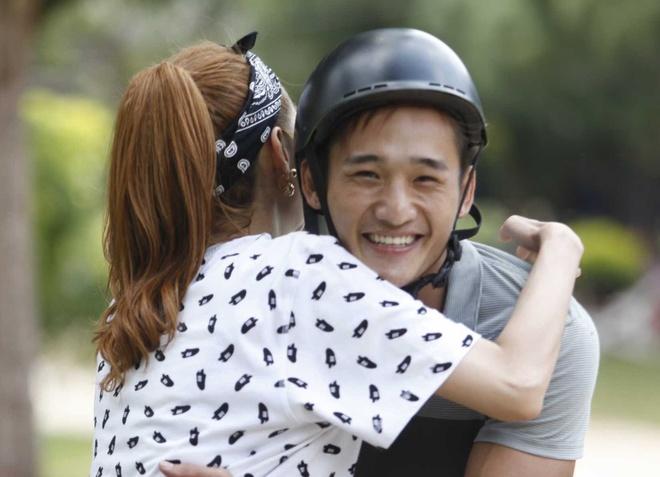 Minh Hang om hot boy 6 mui trong game show hinh anh