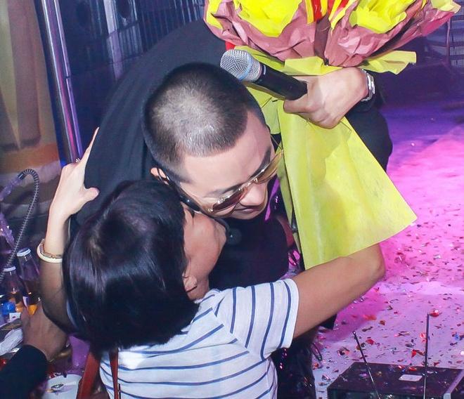Tuan Hung bi fan 'cuong hon' khi hat trong bar hinh anh