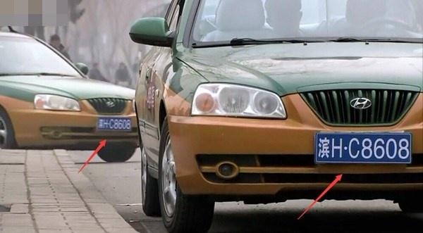Hai xe ô tô có biển số giống hệt nhau.