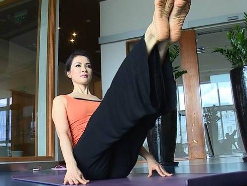Tap yoga cung MC Thanh Mai: Dong tac giup dui thon hinh anh