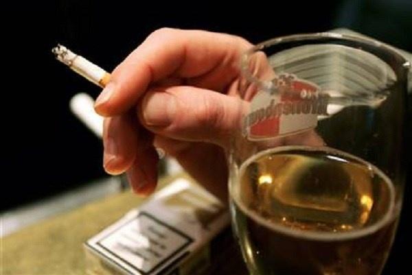 Hút thuốc lá, uống rượu bia quá nhiều là thói quen khiến bạn có thể chết sớm.