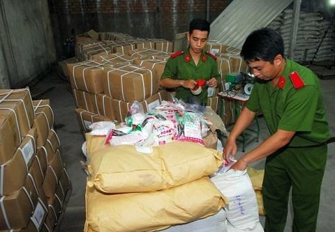 Canh bao gia vi 5 hat lam ngot 150 lit nuoc hinh anh 1 Phát hiện 5 tấn đường hóa học và chất tạo ngọt sản xuất trái phép tại kho của Công ty Việt Nhật. Ảnh: Thanh niên.