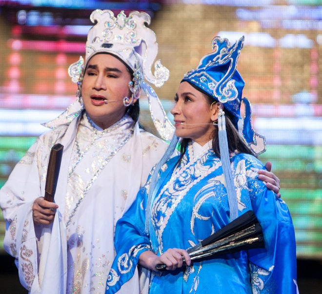 Kim Tu Long duoc tang tien ngay tren san khau hinh anh