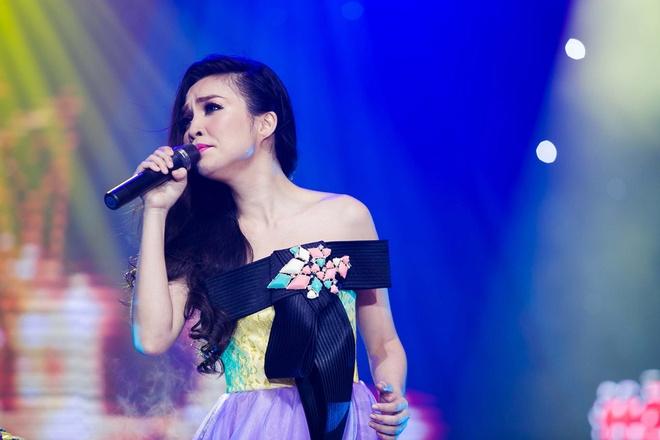 Hien Thuc thay 5 bo vay ao goi cam tren san khau liveshow hinh anh 9