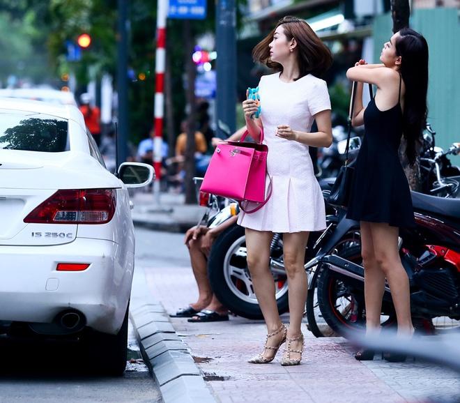 Minh Hang, Pham Quynh Anh gay chu y vi mac vay ngan tren pho hinh anh 3