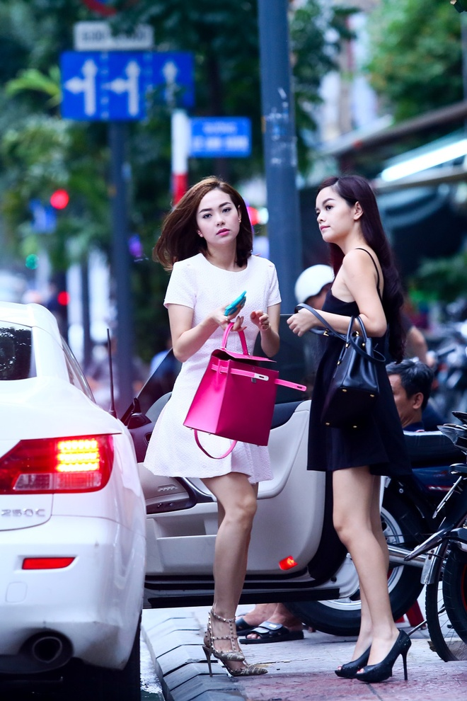 Minh Hang, Pham Quynh Anh gay chu y vi mac vay ngan tren pho hinh anh 2