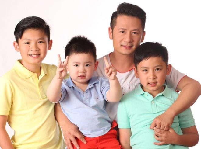 Bang Kieu hanh phuc ben 3 quy tu dep trai hinh anh