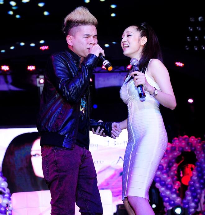 Tran Lap om chat Bao Anh tren san khau, xoa tin don ran nut hinh anh 5
