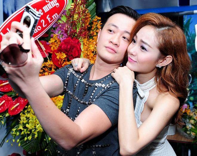 Minh Hang om vai, hon ma Luong Manh Hai trong hop bao hinh anh