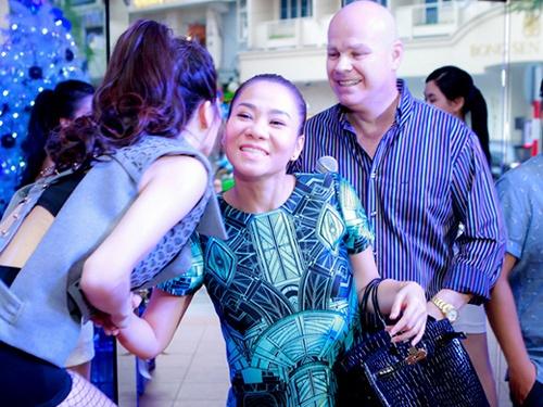 Thu Minh xach tui hieu gia 1,6 ty den hop bao Trang Phap hinh anh