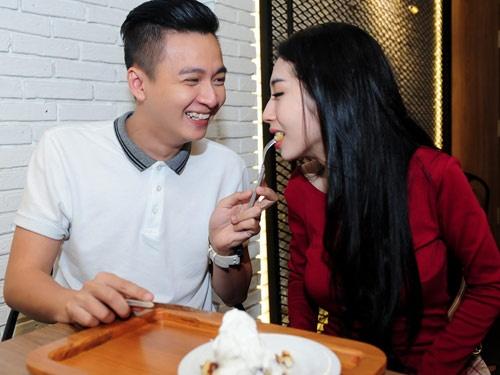 Ngo Kien Huy cham soc Khong Tu Quynh chon dong nguoi hinh anh
