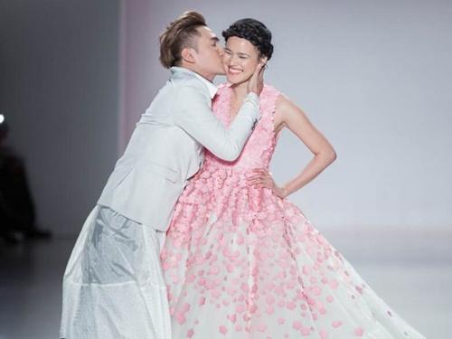 Ly Qui Khanh hon Tuyet Lan o san dien New York Fashion Week hinh anh
