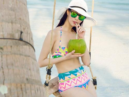 Khanh My khoe duong cong cuon hut voi bikini tren bien hinh anh