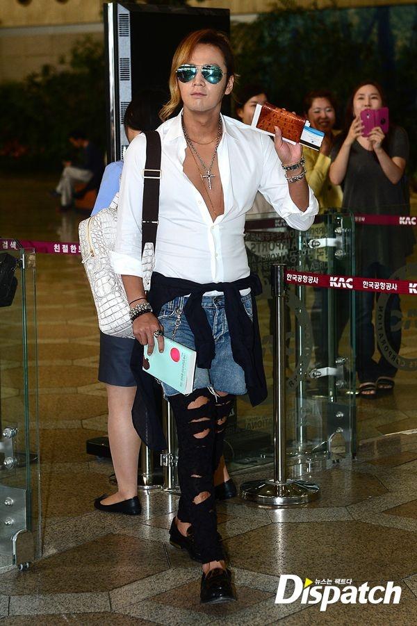 """Phong cach thoi trang ky quac cua my nam Han hinh anh 3 Jang Geum Suk cũng là một trong những ngôi sao được đánh giá có gout thời trang độc đáo, nhưng với chiếc quần """"chẳng giống ai"""" cộng với quá nhiều phụ kiện  rườm rà trên người, nhiều fan hâm mộ phải giật mình, ngỡ ngàng."""