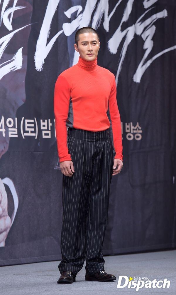 """Phong cach thoi trang ky quac cua my nam Han hinh anh 6 Chiếc áo len đỏ cao cổ ôm sát cùng với quần vải kẻ sọc suông đã biến nam diễn viên  Jo Dong Hyuk trở thành """"khủng bố thời trang"""" trong một sự kiện mà anh tham dự."""