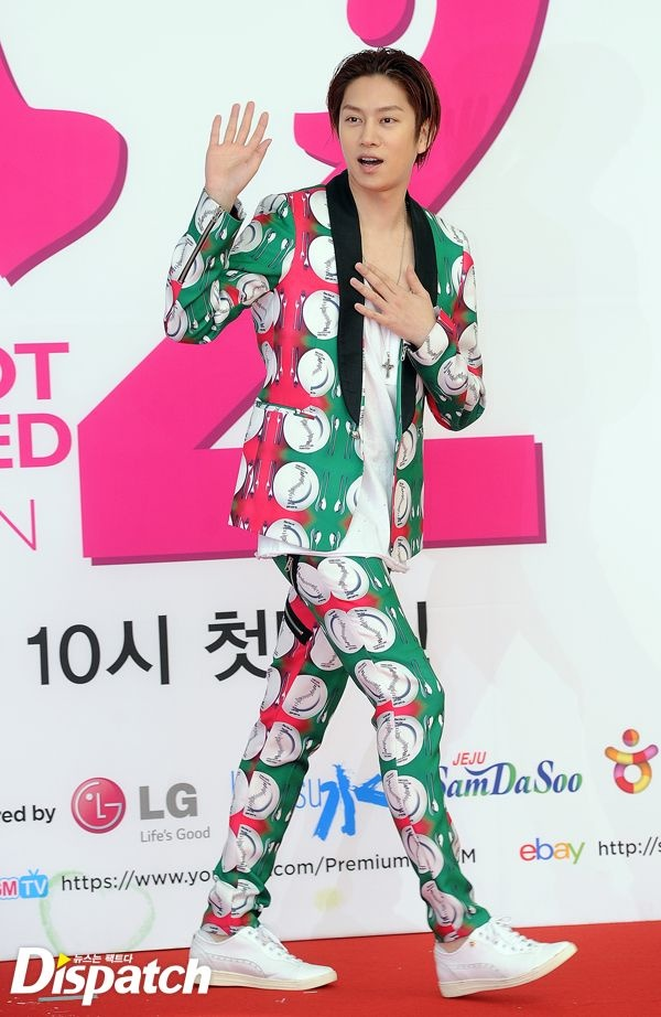"""Phong cach thoi trang ky quac cua my nam Han hinh anh 7 Thành viên Heechul (Super Junior) luôn biết cách tạo ra cho riêng mình một phong  cách thời trang độc đáo nhưng khi diện bộ trang phục lòe loẹt như  thế này, trông anh chàng y như một """"bà thím chính hiệu""""."""