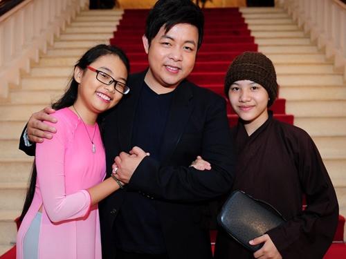 Con gai nuoi Quang Le khong duoc mac ao nau len san khau hinh anh
