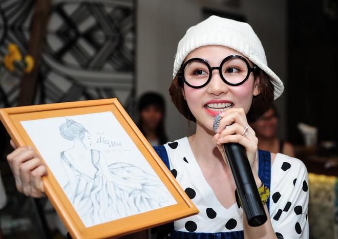 Ngan Khanh tre hon chuc tuoi nho an mac xi tin hinh anh 10 Nữ diễn viên thích thú khi nhận bức ảnh do fan vẽ tặng.
