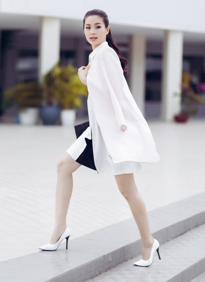 A hau Diem Trang goi cam voi 6 trang phuc duong pho hinh anh 4