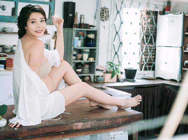 Ngo Mai Trang khoe bung bau 7 thang trong loat anh goi cam hinh anh