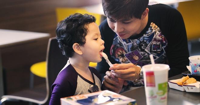 Tim cham soc con trai khi Truong Quynh Anh ban luu dien hinh anh 4 Nam diễn viên Bóng ma học đường cũng không ỷ lại việc chăm con cho vợ. Từ khi bé Sushi chào đời, đêm nào anh cũng thức pha sữa, thay tã cho con.