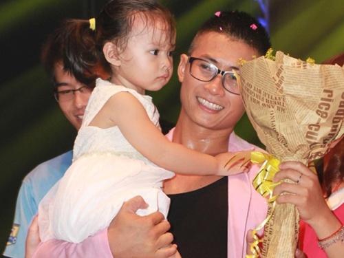 Thien Vuong (nhom MTV) lan dau khoe con gai tren san khau hinh anh