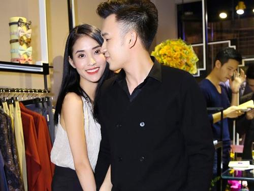 Duong Trieu Vu om chat Mai Ho trong su kien hinh anh