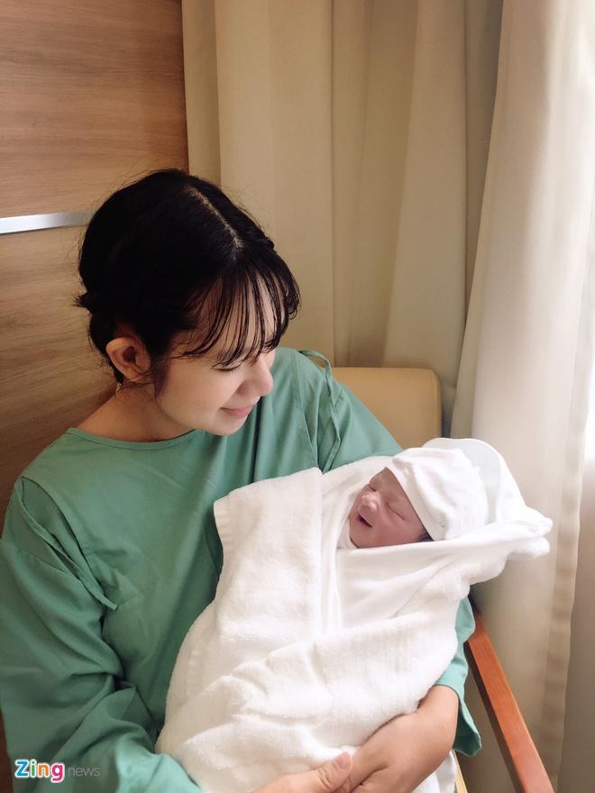 Ly Hai - Minh Ha hanh phuc ben con trai thu 4 vua chao doi hinh anh 2