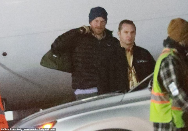 Hoang tu Harry bat dau cuoc song moi o Canada hinh anh 1 23666248_7910227_Prince_Harry_arrives_at_Victoria_Airport_last_night_ready_to_sta_a_14_1579595937062.jpg