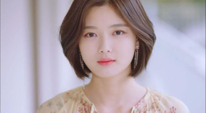Yoo Jung xuat hien an tuong trong MV ra mat cua giong ca chinh WANNA ONE anh 6