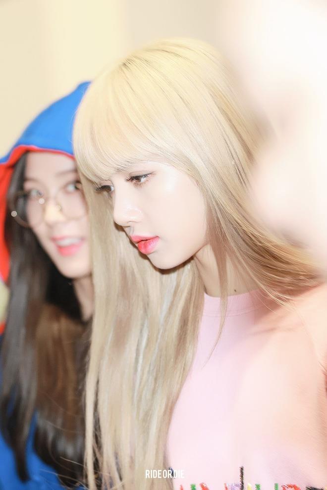 Thần tượng Kpop được ví như búp bê nhờ mái tóc vàng kim