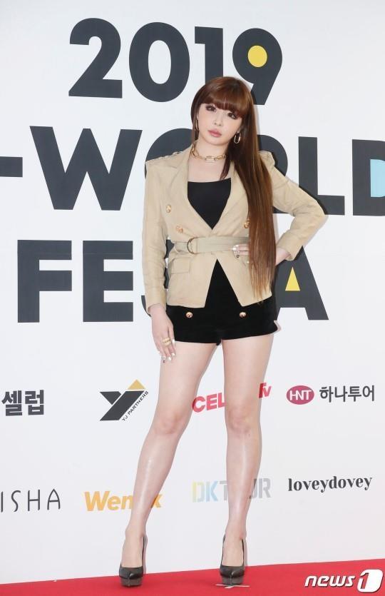 Park Bom va dan sao Kpop tao dang tren tham do su kien hinh anh 3