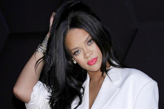 Jennie ăn mặc đơn giản vẫn tự tin đọ sắc cùng Rihanna