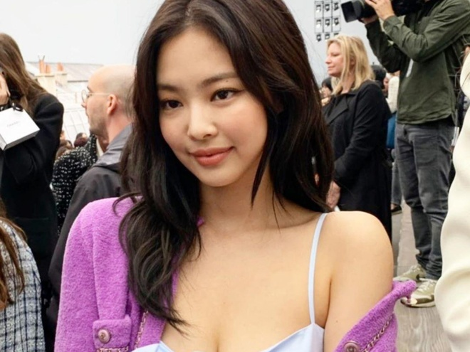 Jennie (Black Pink) diện áo hai dây sexy ở Paris Fashion Week 2019