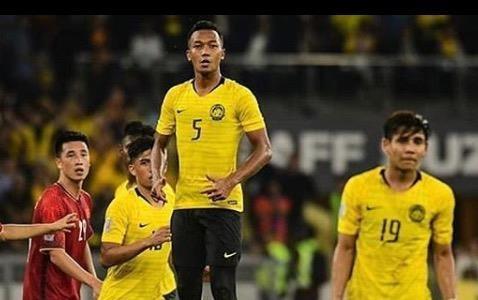Cau thu tuyen Malaysia thoai mai treu dua nhau truoc tran chung ket hinh anh