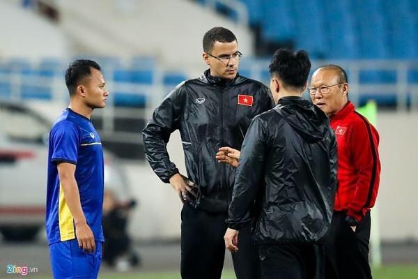 HLV the luc tuyen Viet Nam tap hat Quoc ca de chuan bi cho Asian Cup hinh anh 2